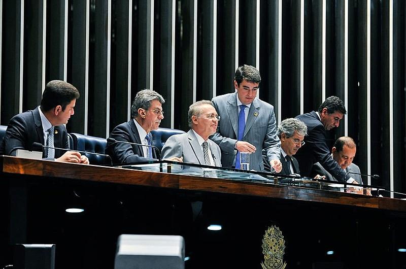 Calheiros manteve o procedimento de leitura e comunicou que as cópias do relatório seriam entregues aos senadores