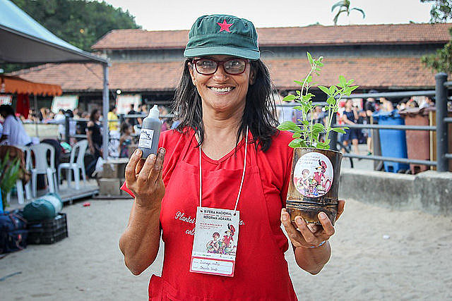 Sanuza Motta mora no assentamento Zumbi dos Palmares (ES) e explica sobre a  fitoterapia
