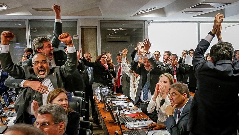 Senadores de oposição comemoram rejeição ao relatório do senador Ricardo Ferraço (PSDB-ES)
