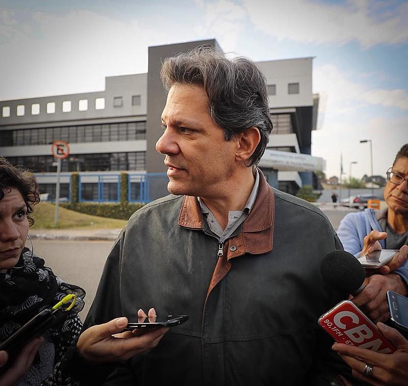 Fernando Haddad, ex-prefeito de São Paulo e pré-candidato à vice-Presidência pelo PT, em frente à sede da Polícia Federal em Curitiba