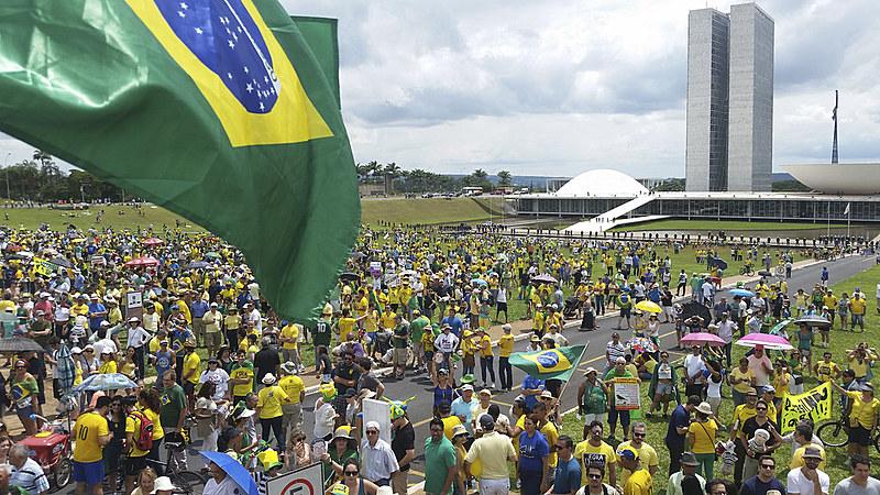 Manifestantes se reúnem em Brasília para apoiar a Lava Jato e pedir o impeachment da presidenta eleita Dilma Rousseff