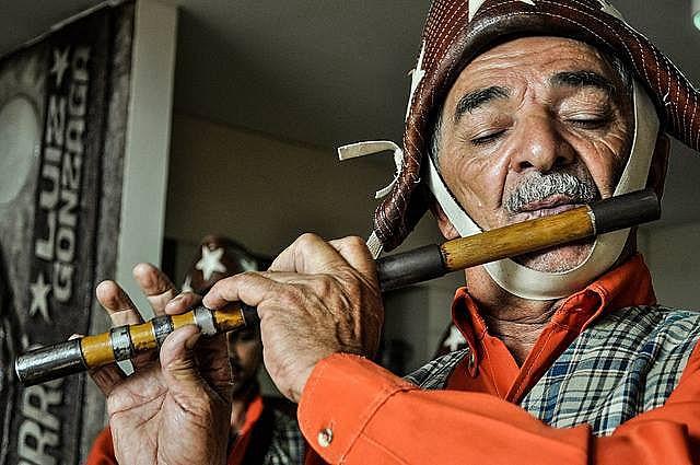 João é um colaborador na formação de várias bandas de pífanos no interior de Pernambuco
