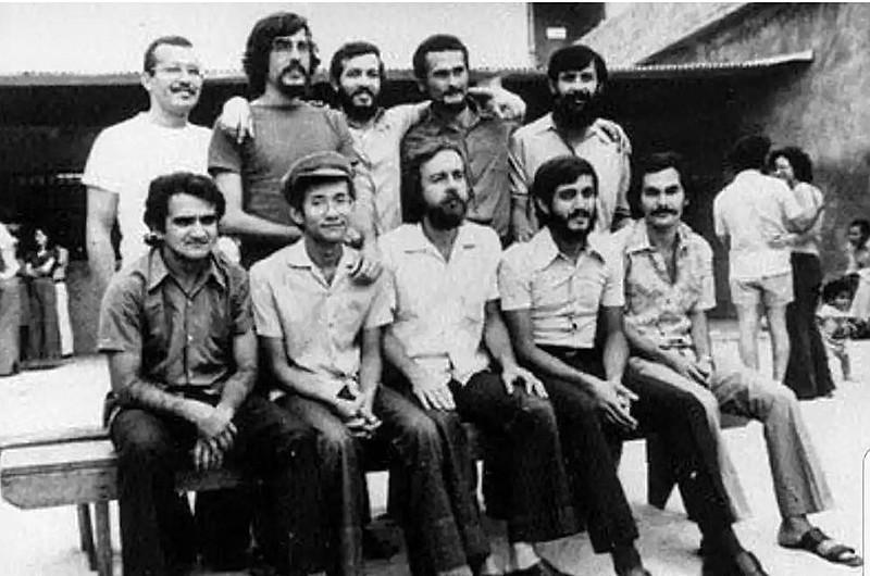Presos políticos no Presidio de Barro Branco: Aton Fon Filho é o segundo da fila dos sentados, a partir da esquerda**
