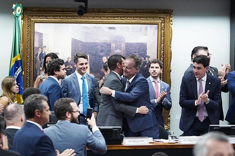 Após sessão eletrizante, governo e aliados comemoram aprovação do texto-base, sob protestos da oposição