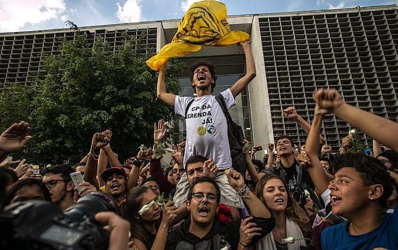 """studantes desocupam assembleia legislativa após decisão judicial; """"Apenas começamos"""", disseram em carta"""