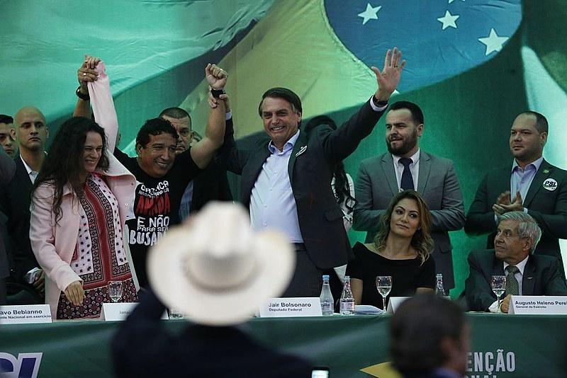 Bolsonaro na convenção de lançamento da candidatura à presidência, ao lado de Janaína Paschoal e do pastor Magno Malta