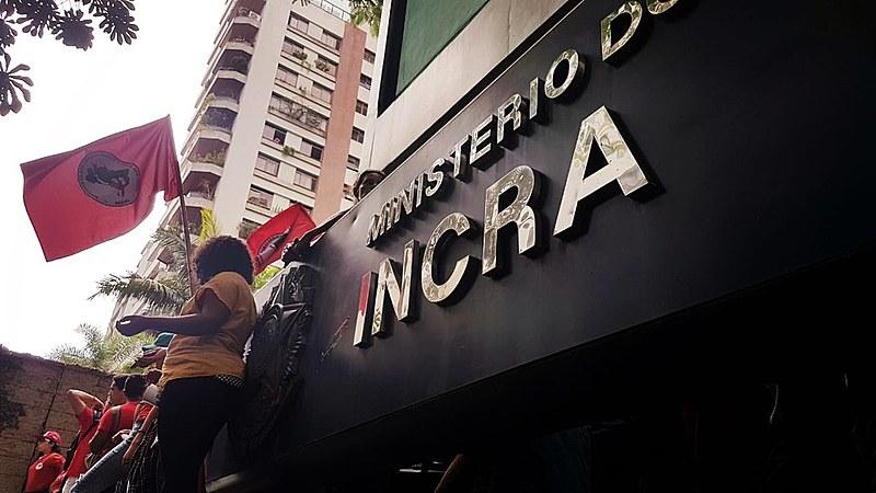Sede do Incra é bloqueada por militantes do MST, que recebem apoio de servidores do órgão