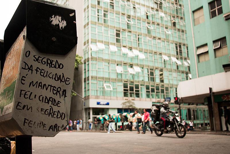 """""""O segredo da felicidade é manter a felicidade em segredo"""", diz uma das poesias de Felipe Arco"""