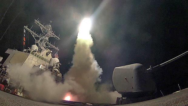 Imagem cedida pela Marinha estadunidense do navio USS Porter lançando um dos mísseis em direção à Síria