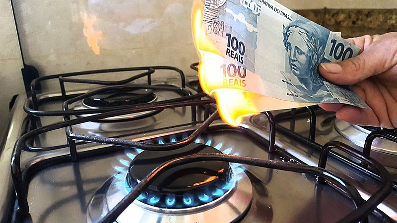 Concorrem na compra da Liquigás a Ultragaz, do grupo Ultra, primeira no mercado nacional, e a Supergasbras, do grupo holandês SHV, a terceira maior no comércio de gás de cozinha no país