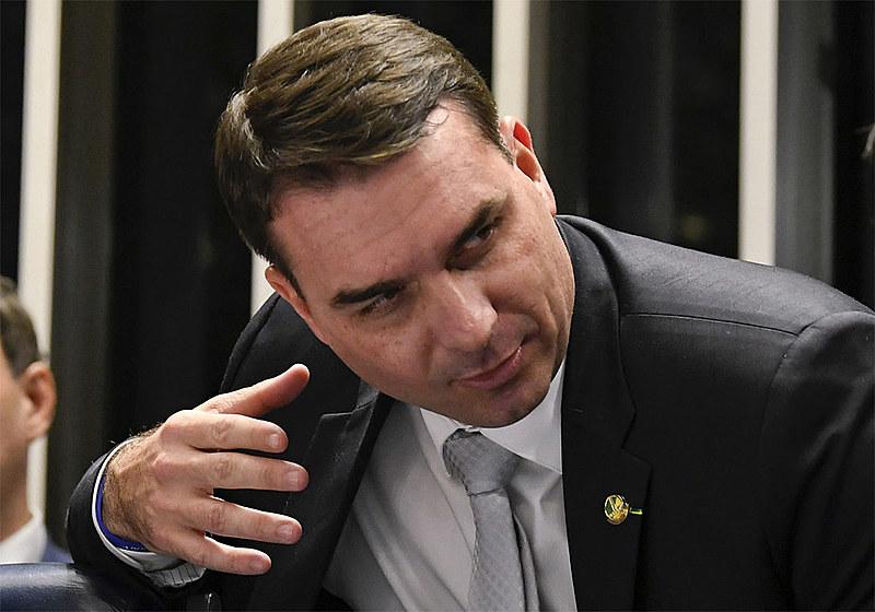 Senador Flávio Bolsonario teria lavado R$ 1,6 milhões em loja de chocolate da qual é sócio
