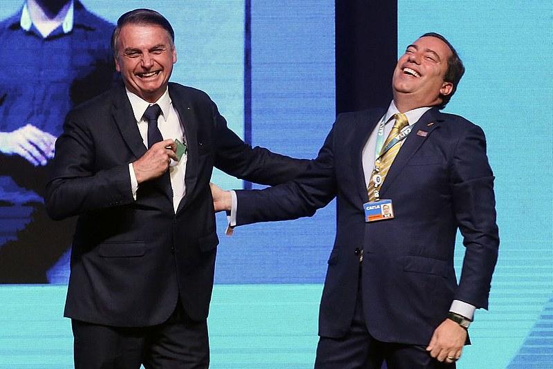 Bolsonaro e o presidente da Caixa Pedro Guimarães se divertem durante evento em maio: boicote ao Nordeste