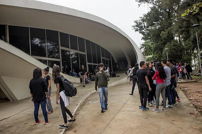 Estudantes ocupam Escola Estadual Milton Campos, em Belo Horizonte