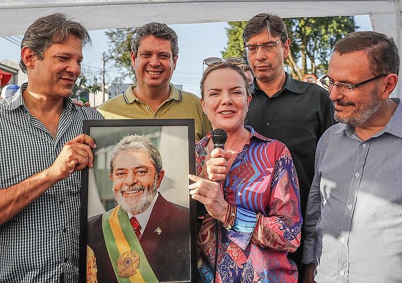 Ao lado de Fernando Haddad, Márcio Pochmann, Renato Simões e Márcio Macedo, Gleisi fala à vigília Lula Livre, em Curitiba