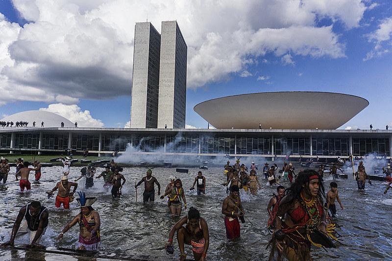 Indígenas foram duramente reprimidos em ato em frente ao Congresso, no Acampamento Terra Livre, em abril