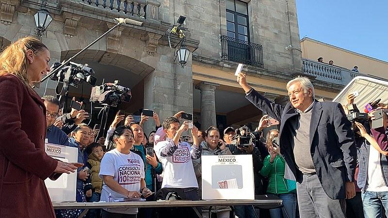 Nesta semana, o presidente eleito do México realizou consultas à população sobre principais projetos de seu futuro governo