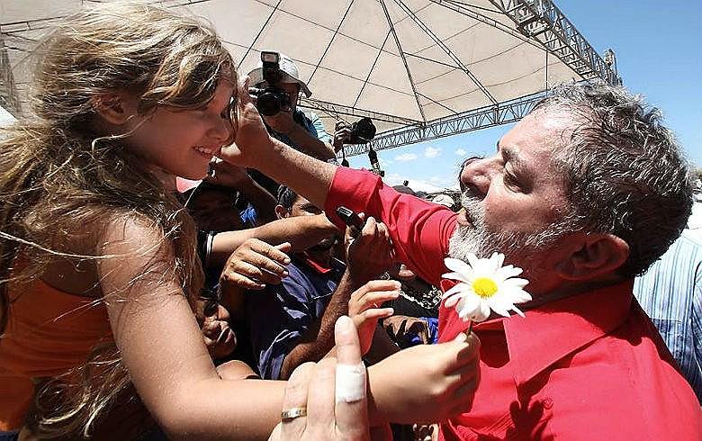 Lula lidera na pesquisa estimulada, na espontânea, e também no primeiro e no segundo turno