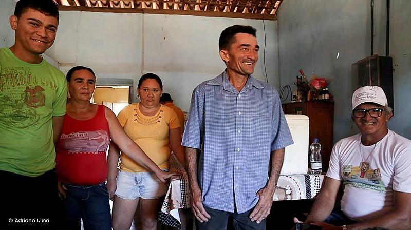 Cícero (de blusa azul) e Francisca (de blusa vermelha) receberam os participantes da Caravana Agroecológica no Semiárido Baiano, em junho