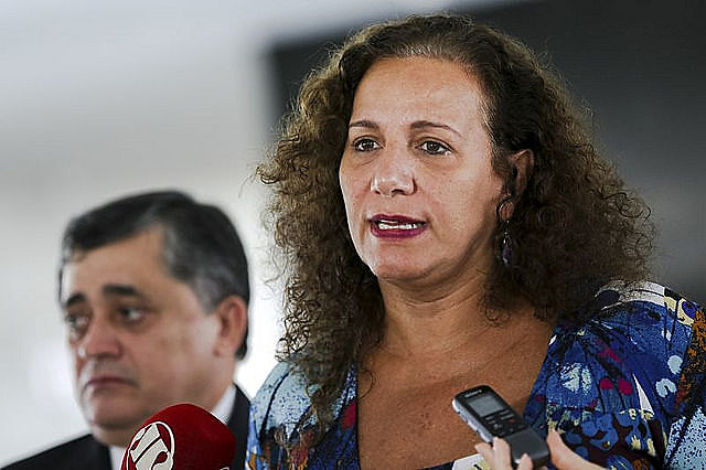 """Jandira Feghali: """"Over one million families in Brazil are once again cooking with firewood and alcohol. It's a life hazard."""""""
