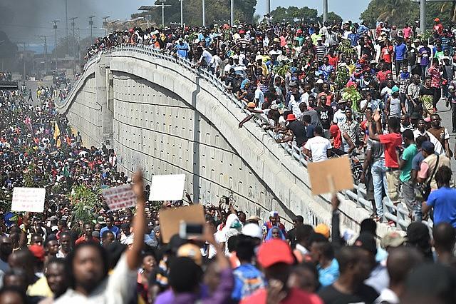 Protesto na capital do Haiti, Porto Príncipe, em fevereiro de 2017, quando manifestantes exigiram a renúncia do presidente Jovenel Moïse