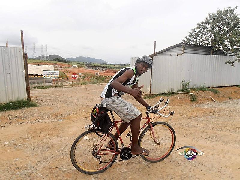 Carlos Oliveira é morador da Baixada e usa a bicicleta como meio de transporte