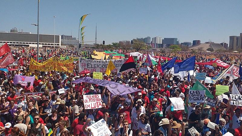 Manifestantes saem em marcha pela Esplanada do Ministério até a sede do Congresso Nacional