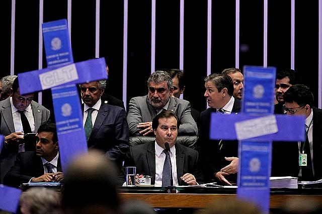 Oposición a Temer y al presidente de la Casa, Rodrigo Maia (del Partido Demócratas), protesta durante votación de la reforma