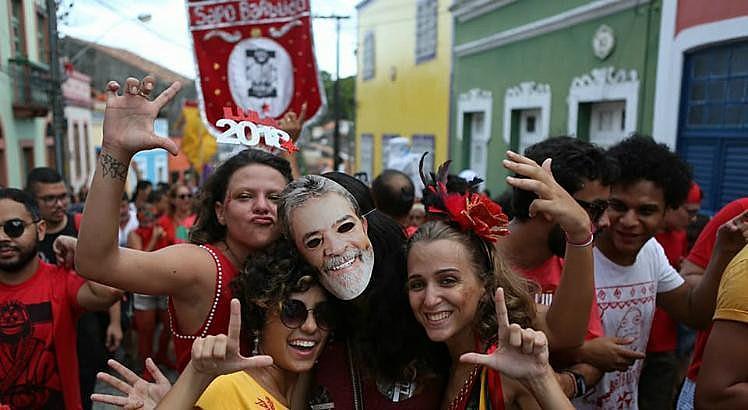 A prévia carnavalesca é organizada pelas Secretarias e Setoriais do PT-PE