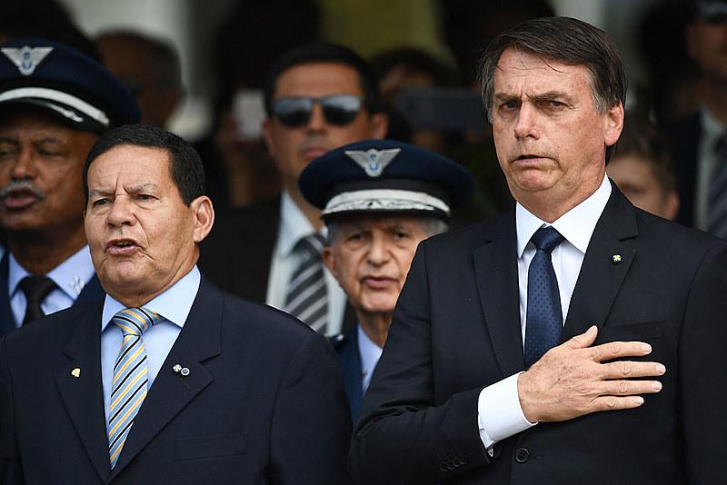 General Mourão (esq.) assumiu a Presidência durante a ausência de Bolsonaro (dir.)