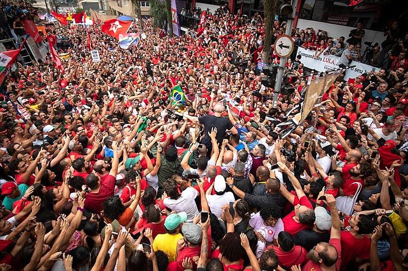 Livre, ex-presidente Lula termina discurso em São Bernardo do Campo (SP), abraçado pela militância e apoiadores