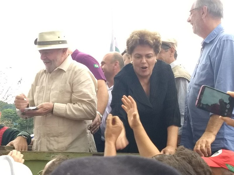 O ex-presidente Lula cumprimentou os moradores que participaram do ato público desta sexta-feira (23) e enalteceu a história do município.