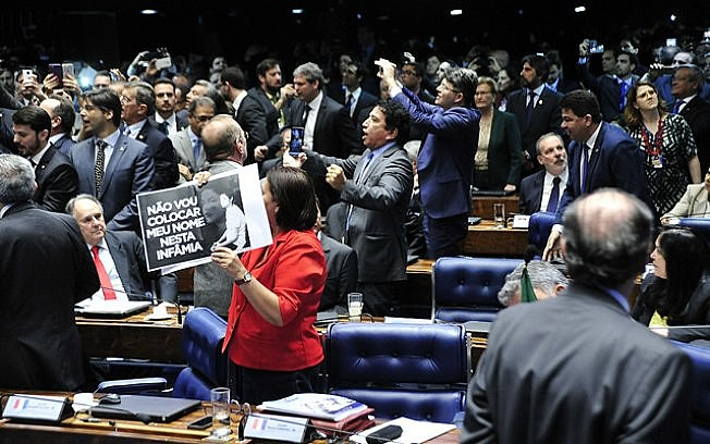 Desde que o Brasil reconquistou sua democracia, em 1985, apenas dois presidentes eleitos pelo voto direto conseguiram terminar seus mandatos: Lula e Fernando Henrique.