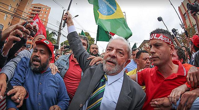 El ex-presidente fue recibido por millares de personas luego de sus declaraciones en la Justicia Federal