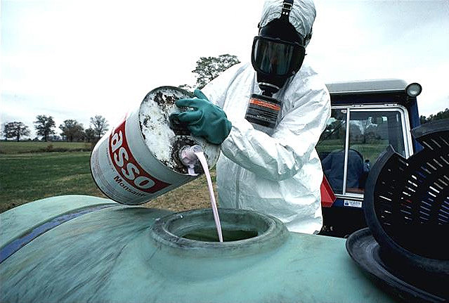 Aplicação do Lasso exige uso de equipamentos de proteção e fazendeiro afirma que rotulagem estava incompleta