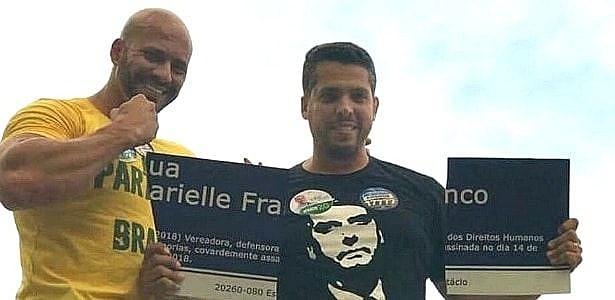 Amorim (à direita) se orgulha de ter quebrado placa com o nome de Marielle Franco