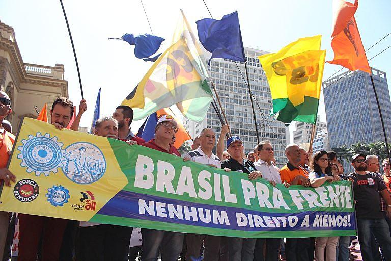 Centrais Sindicais concentradas em frente ao Teatro Municipal de São Paulo, para ato do Dia Nacional de Lutas