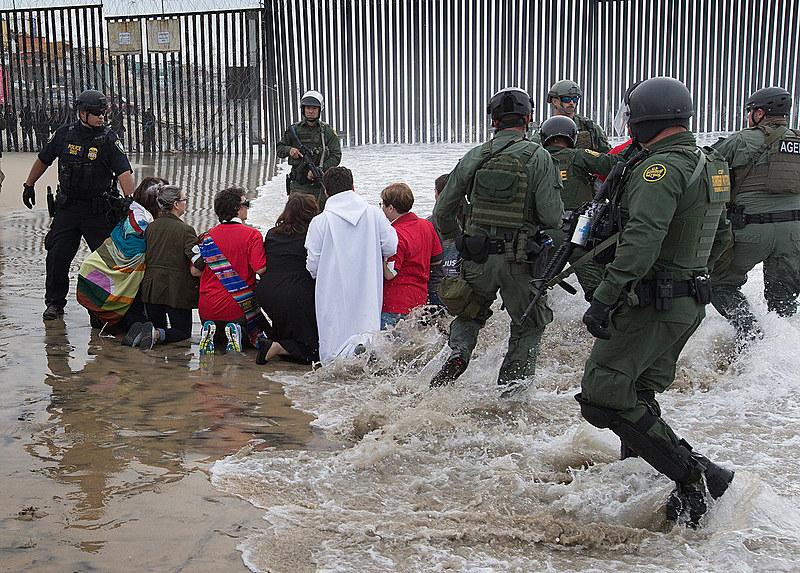 Religiosos e defensores dos direitos dos imigrantes enfrentaram agentes da Patrulha de Fronteira dos EUA em San Diego no dia 11 de dezembro