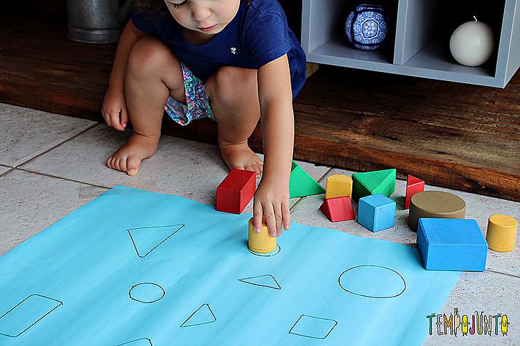 Brincar é uma maneira de criar vínculo com os pequenos e estimular a criatividade
