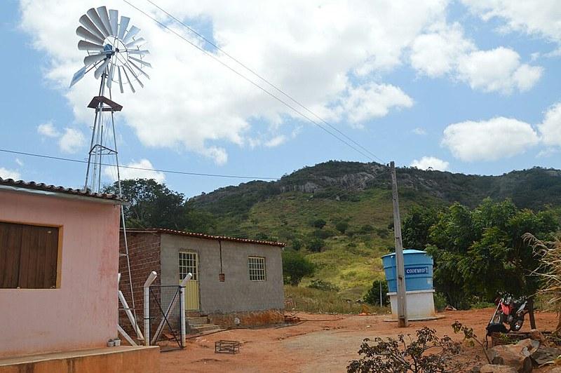 Na Vila Jatiúca, em Santa Cruz da Baixa Verde, a maioria da água utilizada pelos moradores é de poço escavado em uma propriedade privada.