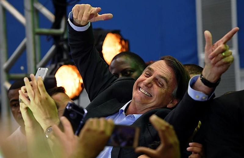 Jair Bolsonaro (PSL) repete o polêmico gesto com as mãos em forma de arma durante evento anterior às eleições de 2018