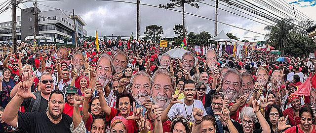 Más de 10 mil personas se reunieron este domingo (7) en frente a la Sede de la Superintendencia de la Policía Federal en Curitiba