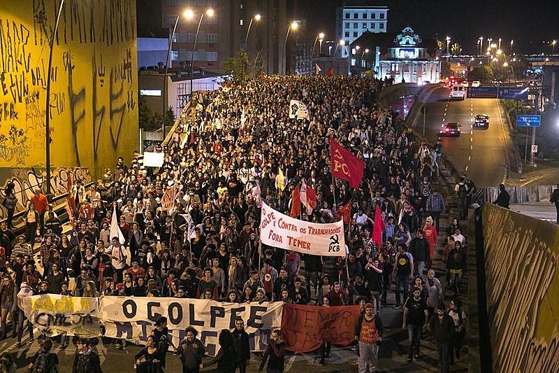Manifestação em Porto Alegre; governo estadual estuda estratégias de seguran