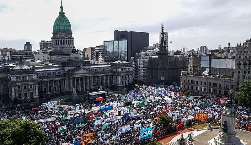 Cerca de 300 mil trabalhadores protestaram na quarta-feira (29) em frente ao Congresso argentino contra a aprovação da Reforma