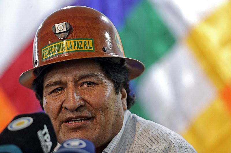 Evo Morales, exilado na Argentina, durante coletiva de imprensa após reunião com membros do MAS no último domingo (29)
