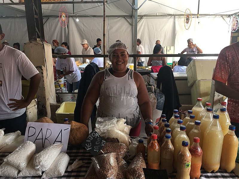 Fabíola Pereira mostra os produtos que trouxe do Pará para a Terceira Feira Nacional da Reforma Agrária