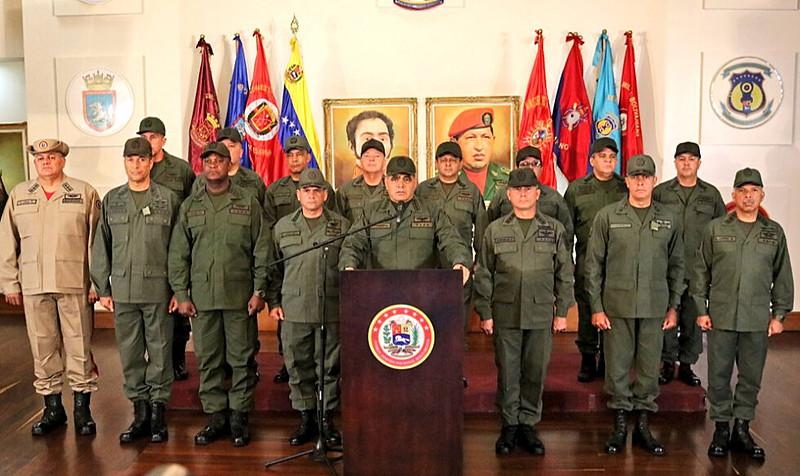 Documento foi lido pelo ministro da Defesa venezuelano, Vladmir Padrino López (centro), e reconhece Maduro como único comandante-em-chefe