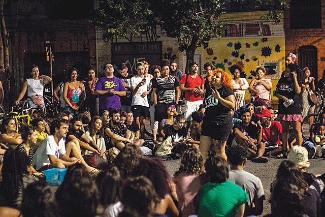 A Slammaster Bruna Ancelmo explica que o SLAM é um espaço de fala e de escuta onde os jovens se expressam