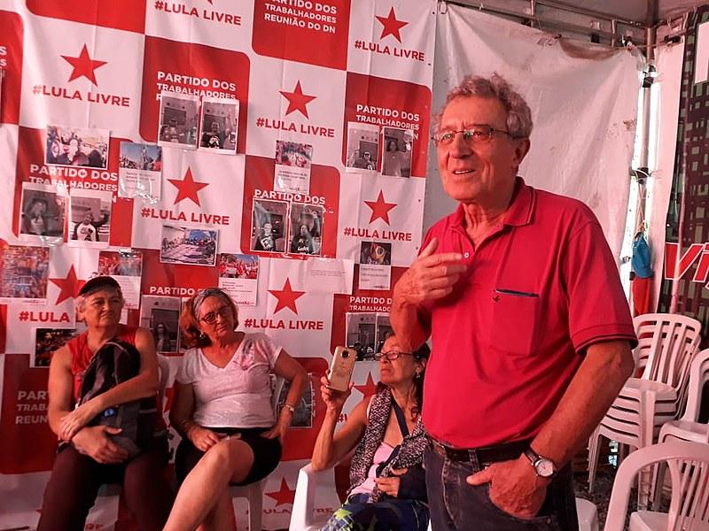 Frei Luiz Favaron em conversa com militantes da Vigília Lula Livre, após visitar o ex-presidente