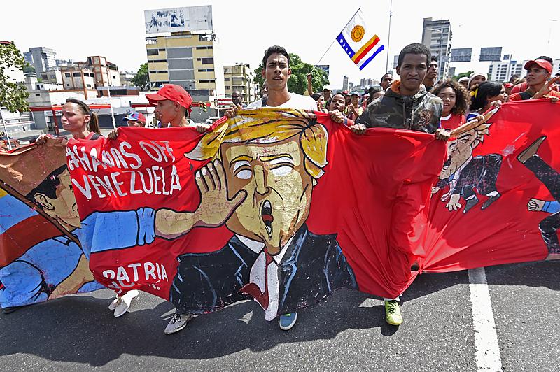 Estudo aponta a prevalência de guerras híbridas em territórios ricos em petróleo, como a Venezuela