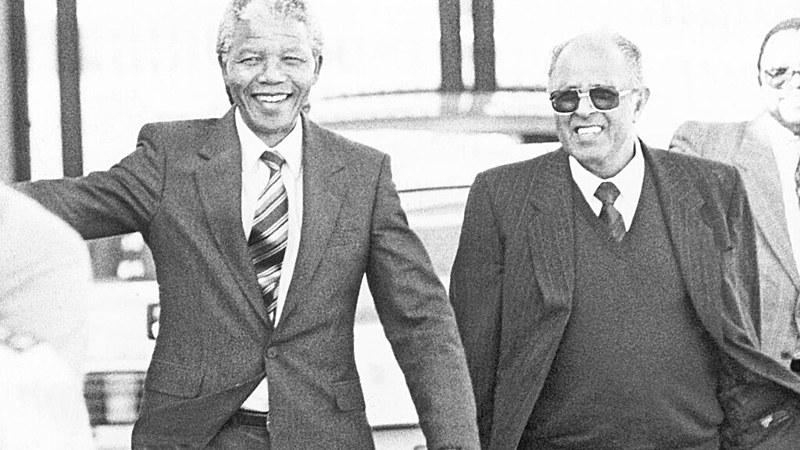 Nelson Mandela e Ahmed Kathrada em 1990, pouco depois de sua libertação da prisão